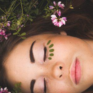 Escale Bien Etre Dole - Femme allongée dans l'herbe